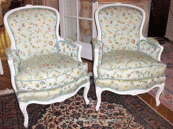 Bergère tapissé ancienne, patiné blanc lin, tissu fleuri, assise coussin en plumes, style Louis XV, en hêtre massif.