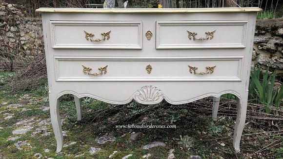 Commode sauteuse style Louis XV ancienne, jolies formes, patinée lin vieilli, poignées en bronze, contours or.