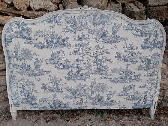 Tête de lit ancienne, tapissée Toile de Jouy, patinée blanc, style Louis XV