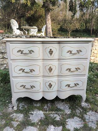 Commode arbalète style Louis XV ancienne, jolies moulures, patinée lin vieilli, poignées en bronze, contours or.