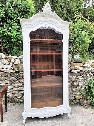 Bonnetière, vitrine ancienne patinée blanc style Louis XV