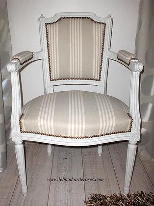 Fauteuil à clochetons tapissé ancien, patiné blanc lin, tissu à rayures lin-taupe, style Louis XVI, en hêtre massif