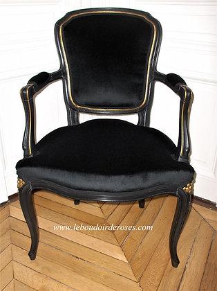 Fauteuil tapissé ancien, patiné noir et contours or, tissu velour noir, style Louis XV, en hêtre massif