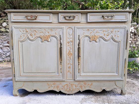 Buffet, vaisselier ancien de 1873 patiné vert-de-gris vieilli style fleuri romantique.