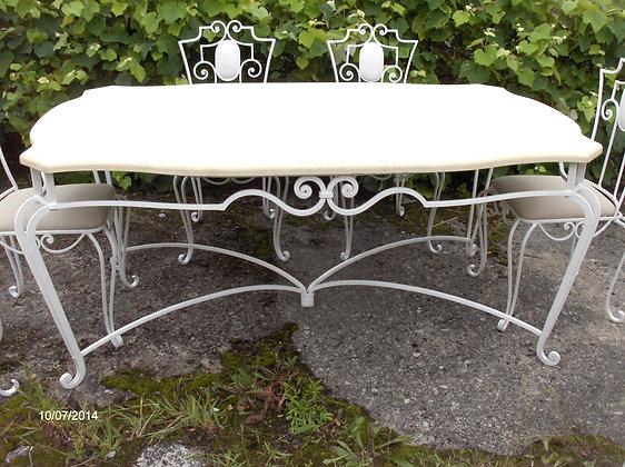 Table salle à manger en fer forgé, patinée blanc lin, plateau bois, 6 chaises avec assises tapissées.