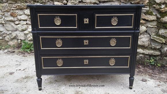 Commode style Louis XVI ancienne, jolies ferrures, patinée noire, poignées en bronze, contours or, en merisier massif.