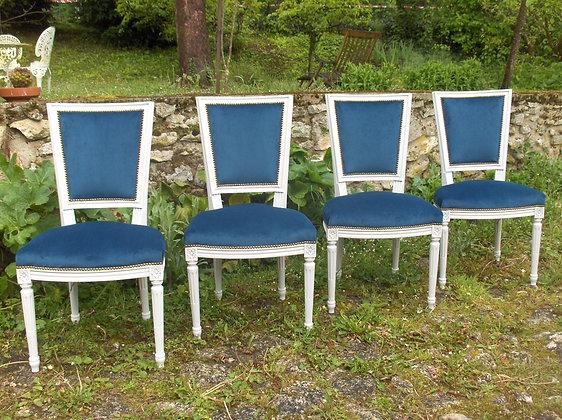 Chaise à hotte tapissée ancienne, patinée blanc lin, tissu velour bleu roi, style Louis XVI, en hêtre massif.