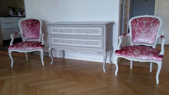Fauteuil tapissé ancien, patiné blanc lin, tissu rose à formes, style Louis XV, en hêtre massif
