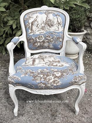 Fauteuil cabriolet tapissé ancien, patiné blanc lin, tissu toile de Jouy bleu, style Louis XV, en hêtre massif