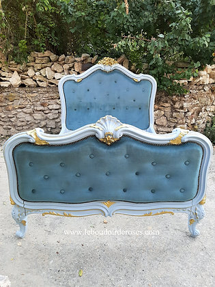 Lit ancien, tapissé, patiné, bleu et or, style Louis XV.