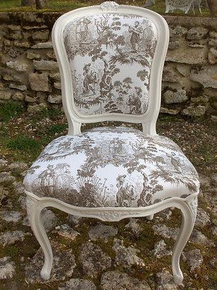 Chaise tapissée ancienne, patinée blanc lin vieilli, tissu toile de Jouy, sculptures fleuries,style Louis XV, en hêtre massif