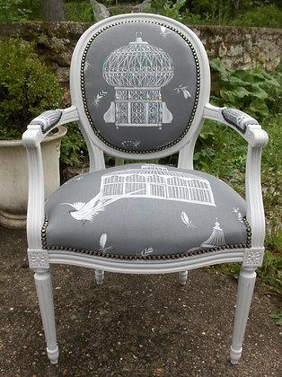 Fauteuil médaillon tapissé ancien, patiné blanc lin, tissu cage aux oiseaux gris, style Louis XVI, en hêtre massif