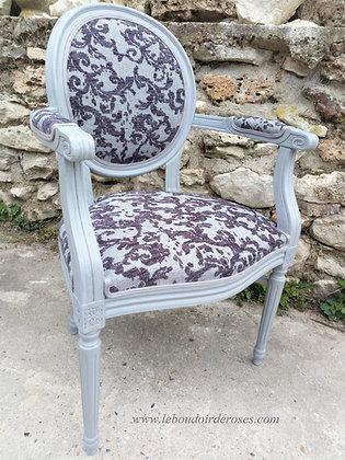 Fauteuil médaillon tapissé ancien, patiné gris, tissu velour, style Louis XVI, en merisier massif