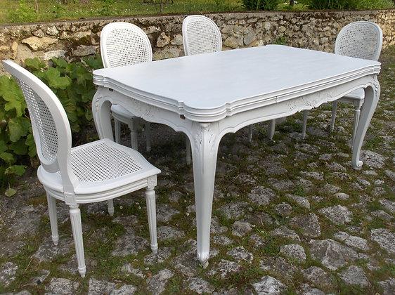 Table salle à manger ancienne, patinée blanc lin, style Régence, merisier massif