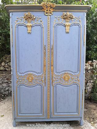Armoire chevillée ancienne patinée bleu-gris style fleuri romantique