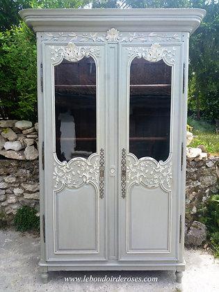 Armoire, vaisselier ancien chevillé patiné gris vieilli style Normand fleuri