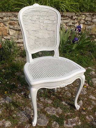 Chaise cannée galbée ancienne, patinée blanc lin, style Louis XV, en merisier massif.