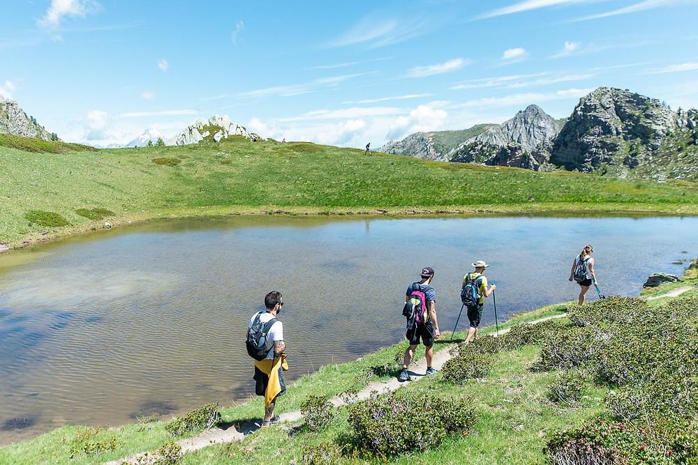 Escursionisti in cammino in Valle Maira
