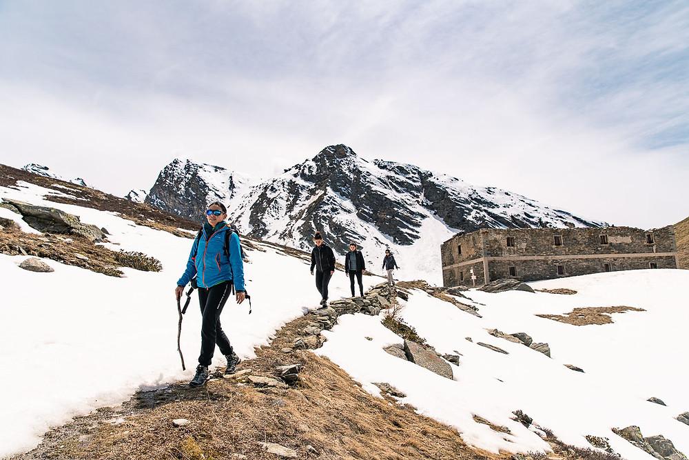 Escursionisti alla conca dei 13 laghi di Prali
