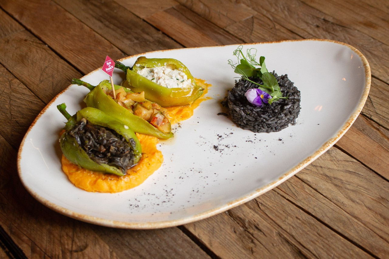 Chiles rellenos de huitlacoche, calacitas y requesón, Expendio Tradición.
