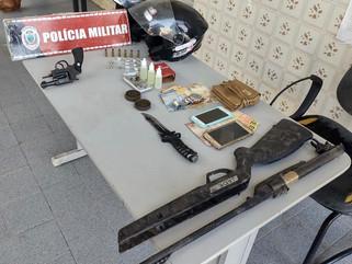 Polícia Militar apreende arma, drogas e conduz pessoas à delegacia após denúncia anônima em Pombal