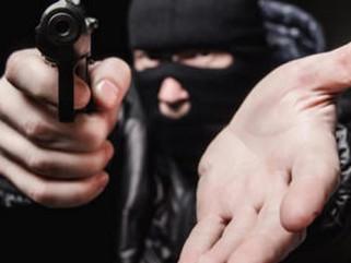 Assaltantes armados rendem funcionária e roubam casa lotérica em plena luz do dia em Aparecida