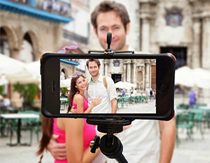 Liberado: 'Pau de selfie' pode ir na bagagem de mão, diz Anac