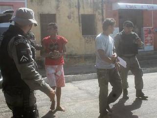 Polícia militar prende dois acusados de praticar vários assaltos em Cajazeiras