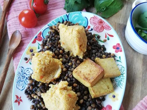 Lentejas pardinas con bolitas de polenta y tofu.