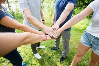 las manos juntas