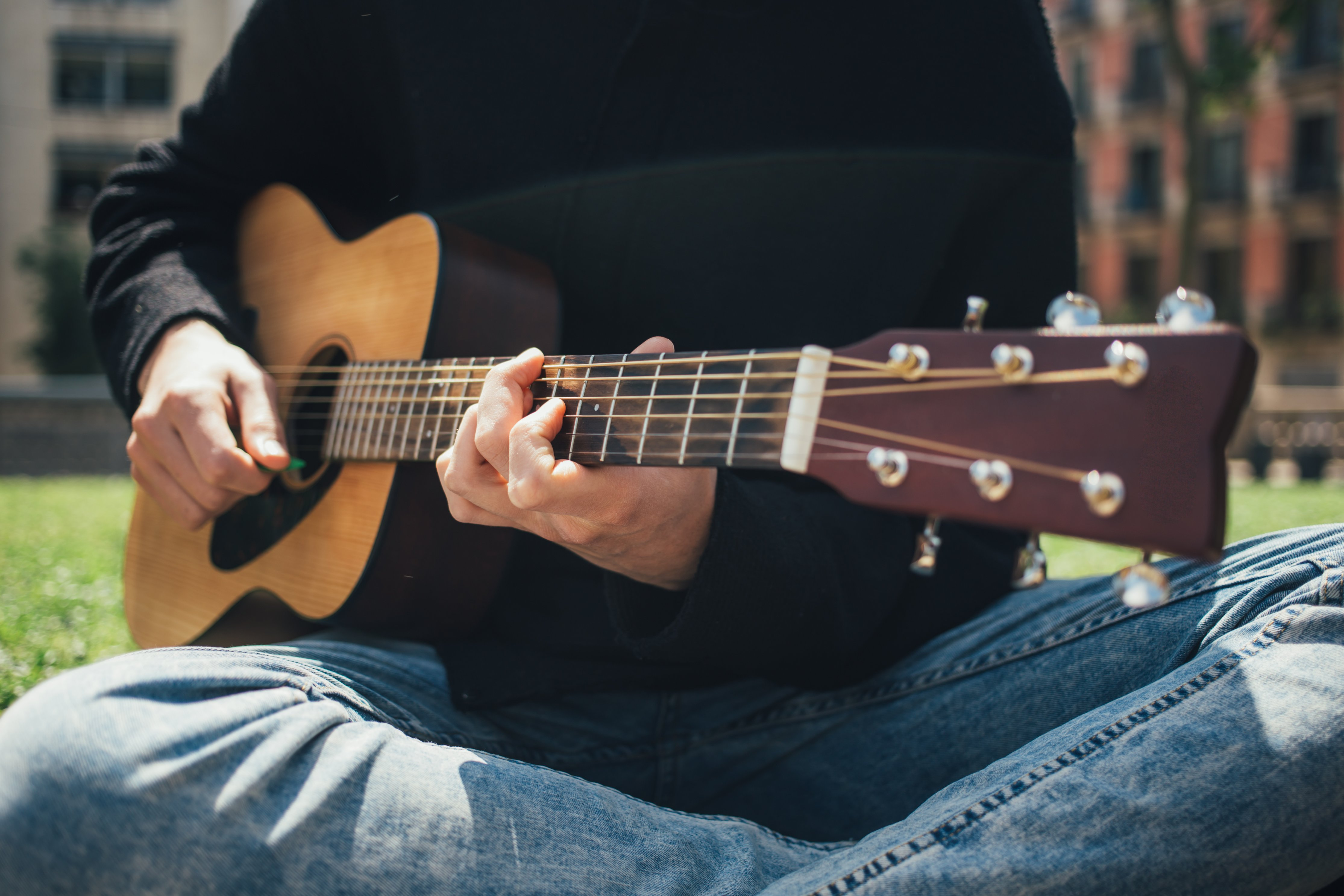playing-guitar-in-the-park_4460x4460