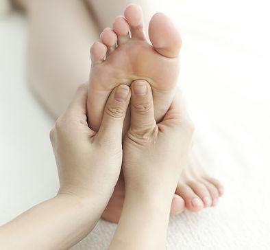 Soin réflexologie sur un pied droit