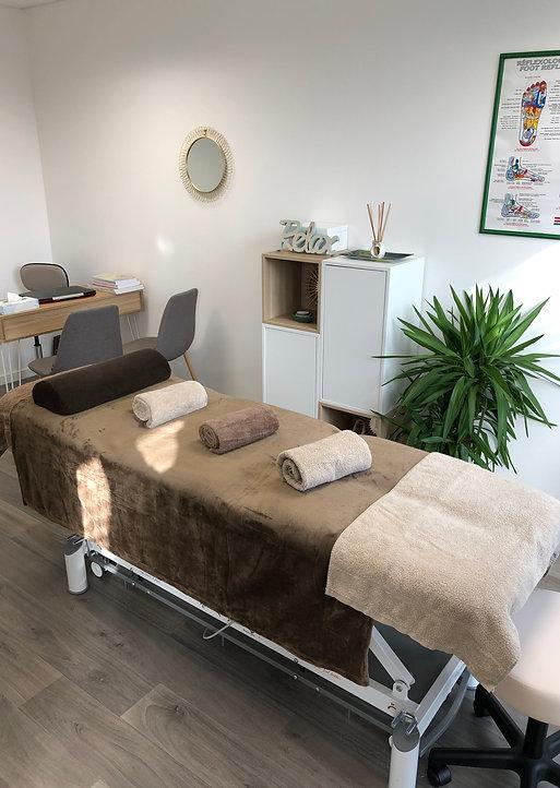 Cabinet de réflexologie avec mise en situation table de massage