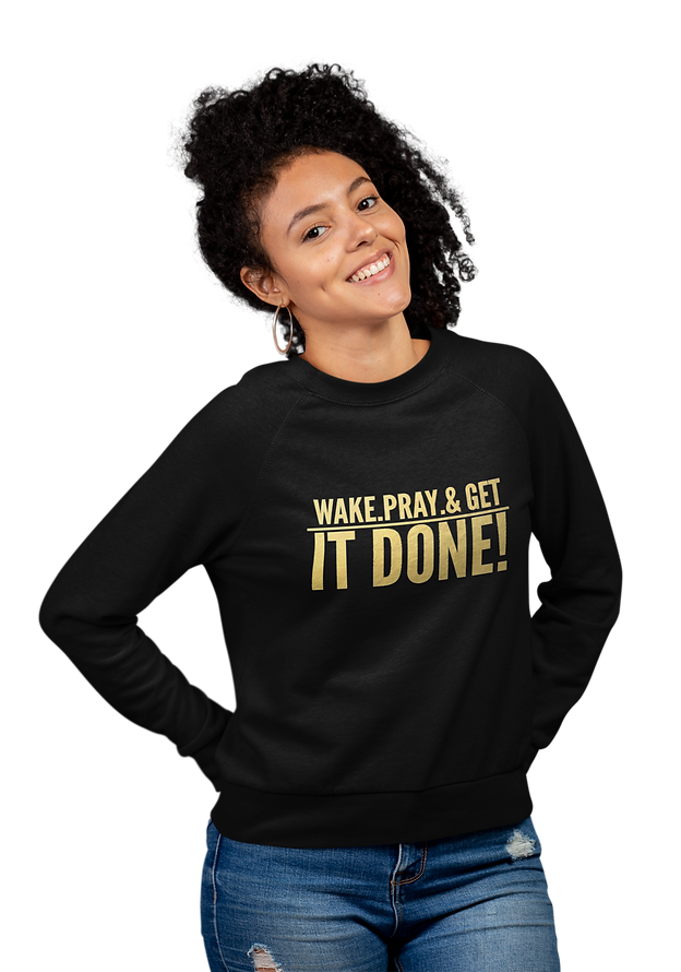 crewneck-sweatshirt-mockup-of-a-smiling-