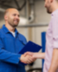 Cliente satisfeito apertando a mão do funcionário