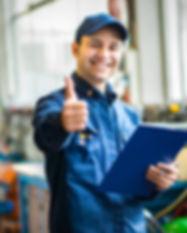 Funcionário fzendo um positivo com a mão