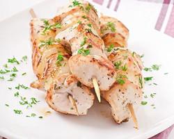 i73568-brochettes-de-poulet-marinees-a-l