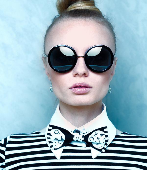 optique lunettes de soleil noire et robe rose opticien lentilles solaires optique lunettes