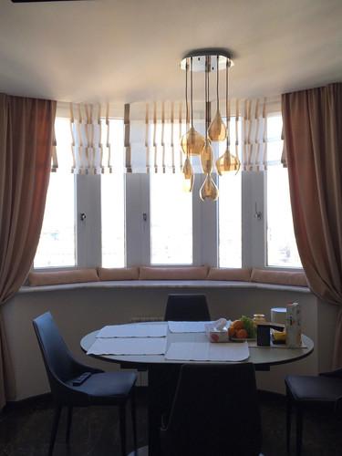Оформление окна в кухне-столовой