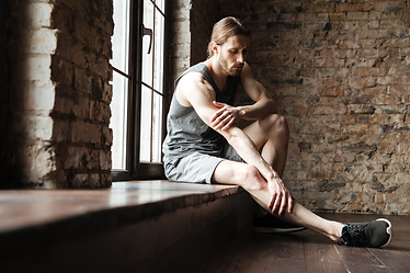 portrait-fitness-man-suffering-from-leg-