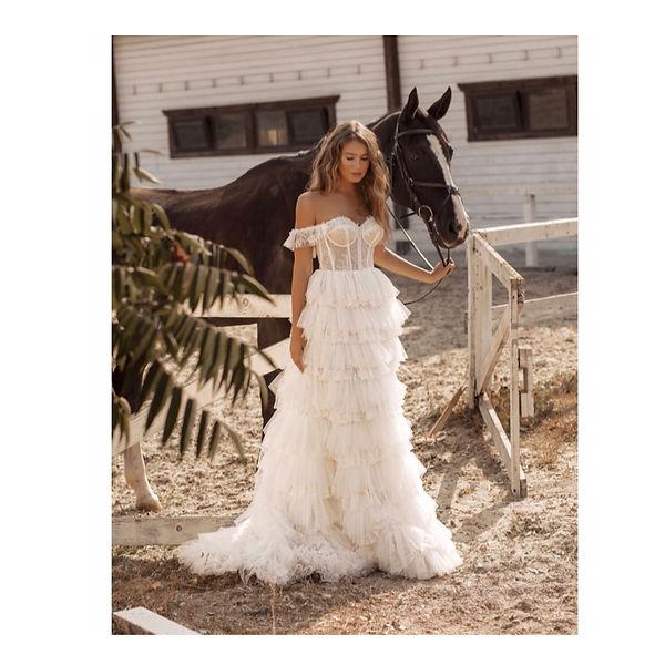Sind sie auf der Suche nach Ihrem perfekten Hochzeitskleid in Vintage Stil, dann sind Sie bei uns genau richtig. Brautmode Anna Jung in Villingen-Schwenningen bietet großes Sortiment an Vintage brautkleider an, auch Boho Brautkleider. Die Brautmoden allen Richtungen und Preisspanne. Besuchen Sie unser Brautladen am Bodensee. Hier wird ein Traumkleid gefunden um die Hochzeit zu einem perfekten Tag zu machen.