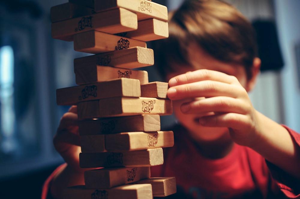 Imagen de un niño jugando jenga