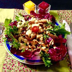 Salada Selvagem com iscas de frango e molho de mostarda