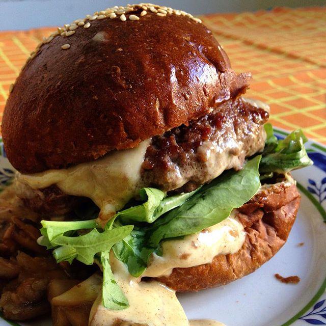Hambúrguer com molho de cogumelos #foodporn #hamburger