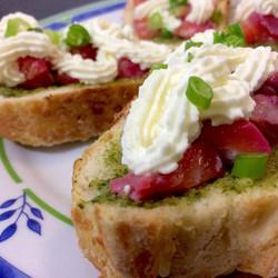 Bruschetta de Salmão, Molho Pesto e Sour Cream #food #instafood #teresabistro