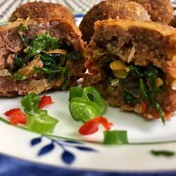 Sábado é dia de bolinho de feijão e farofa com recheio de alho poró e pimenta dedo de moça! Foto_ _r
