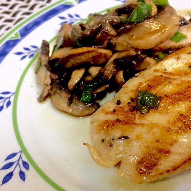 Peito de frango grelhado com tomilho, pimenta preta e cogumelos Paris #food #foodporn #teresabistro