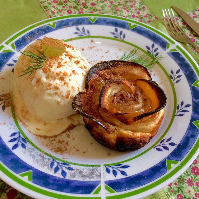 Rosa de maçã com sorvete de creme e canela #food #foodporn - Obrigada! 😉 _gourmetadois