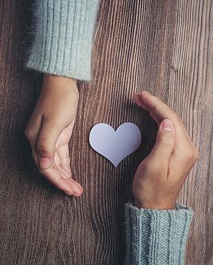 coeur-papier-mains-du-couple-table-bois_