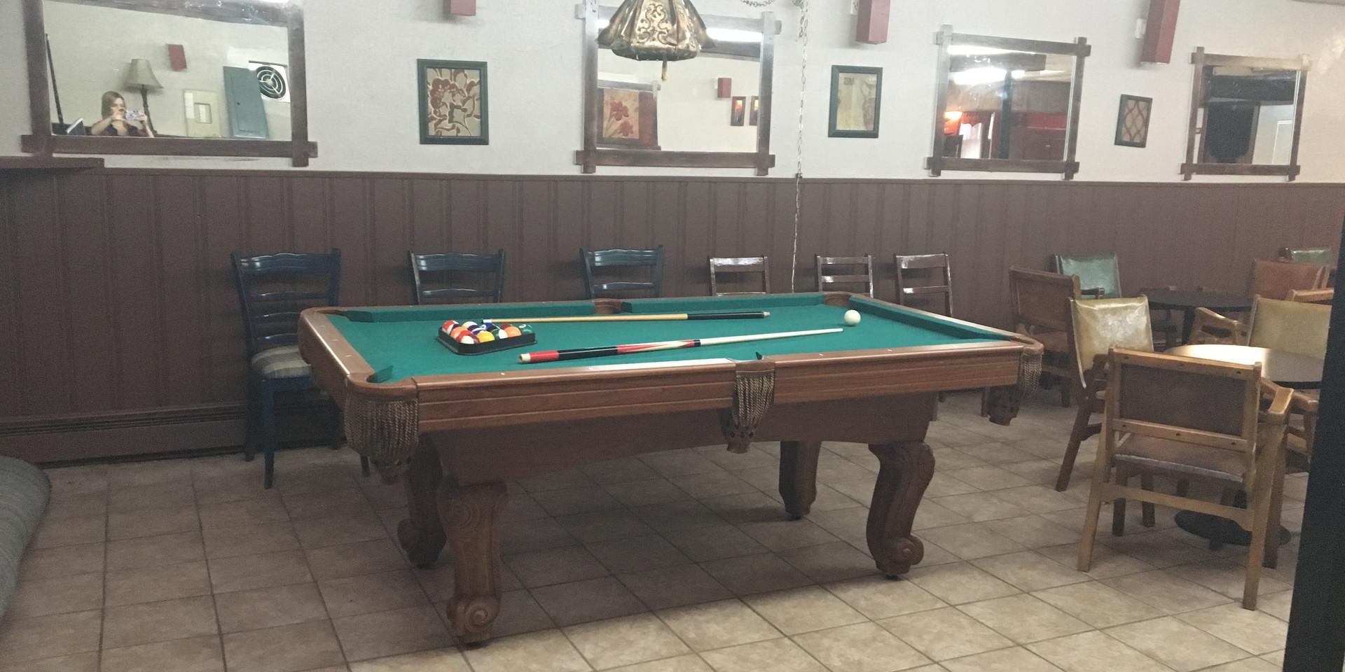 Grande salle, table de pool, jukebok et bar